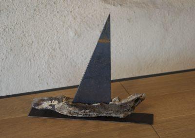 Barca a vela, scultura in legno, base in ferro